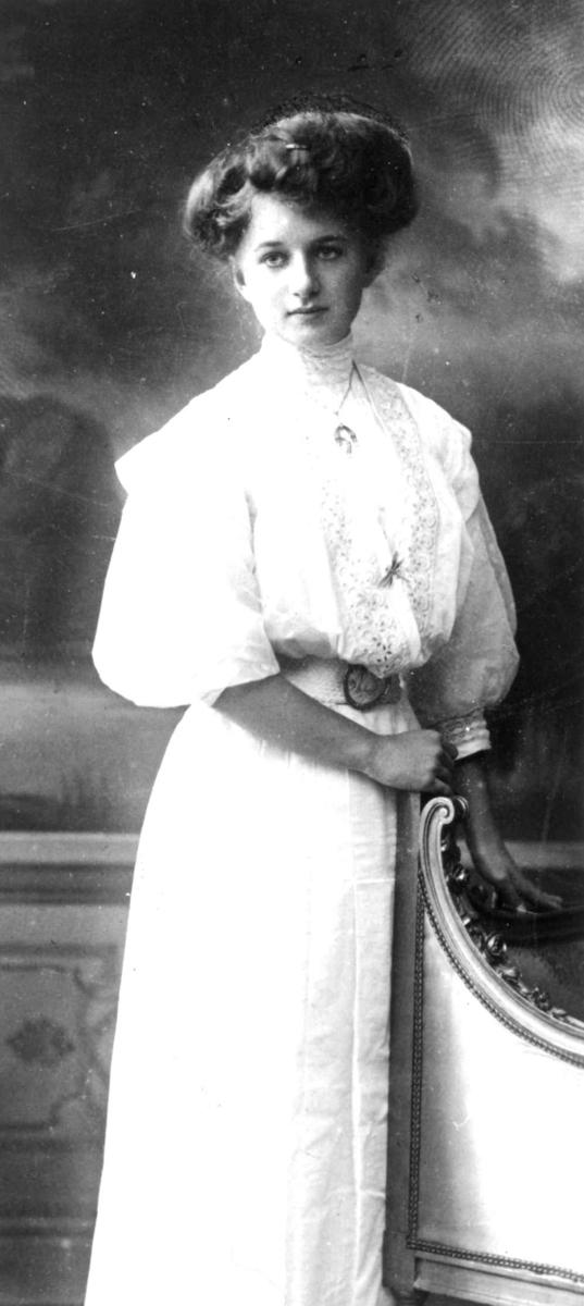 2079087a09c4 Portrett av ung kvinne i hvit lang kjole. - Norsk Folkemuseum ...