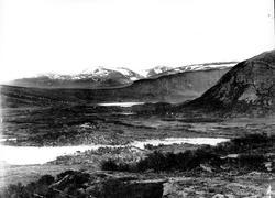 Landskap, ukjent sted (Jotunheimen?). Utsyn over vidde, vann