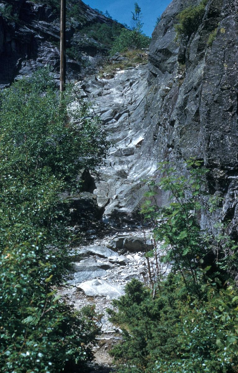 Gammel vei - renne som er sprengt ut i fjellet ved Byklestigen.
