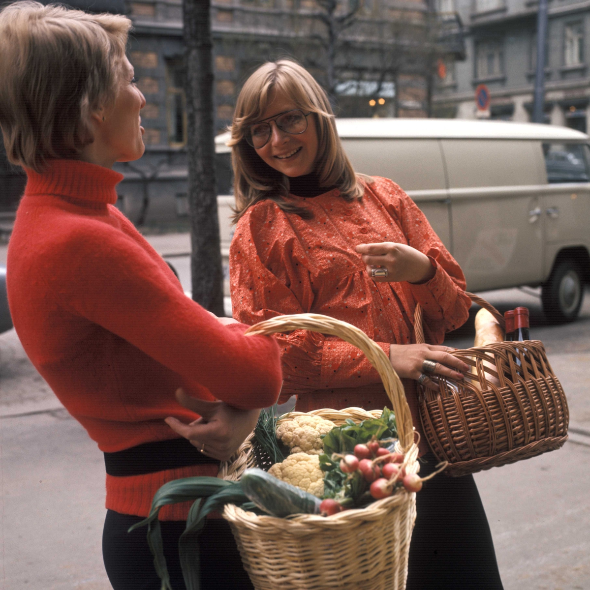 To kvinner med handlekurver i tre. Nye Bonytt 1973-7. Ikke publisert.