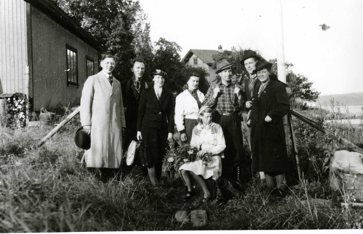 Før avreise. En grupper godtemplarer på Oslo Godtemplarungdomslags feriehjem Kirkevik, Nesodden, ca 1940