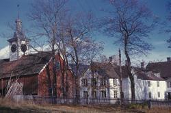 Gårdsbygninger på Biri i Oppland. Spir på tak.