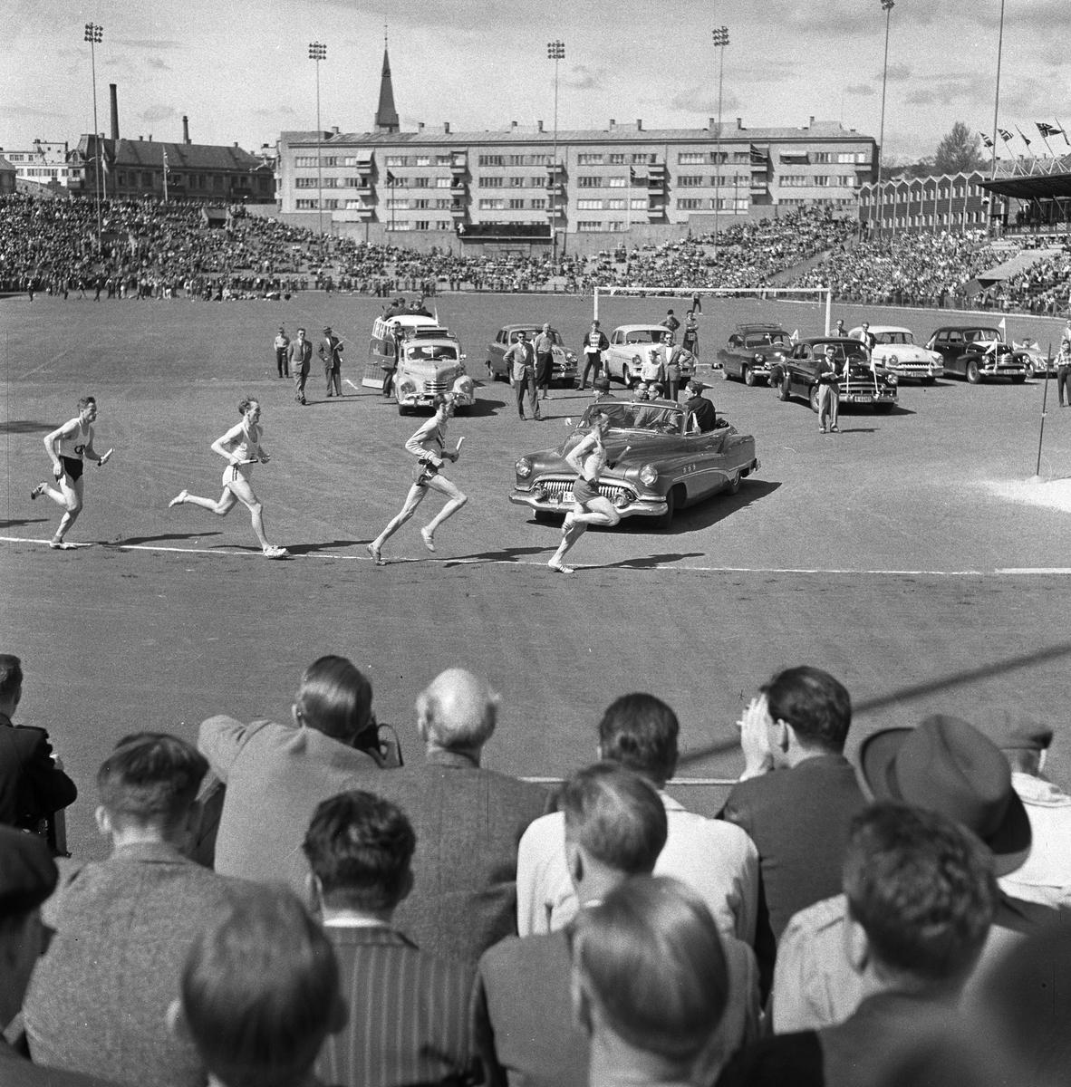 Serie. Holmenkollstafetten med premieutdeling på Bislett, Oslo. Fotografert 1956.