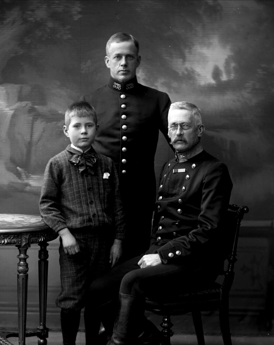 Gruppeportrett, militærfamilie, tre generasjoner, Olaf Trygvessøn Klingenberg (1871-) i midten, Trygve Olavsøn Klingenberg (1842-1932), til høyre i uniform som generalmajor som reglementert fra 1899.