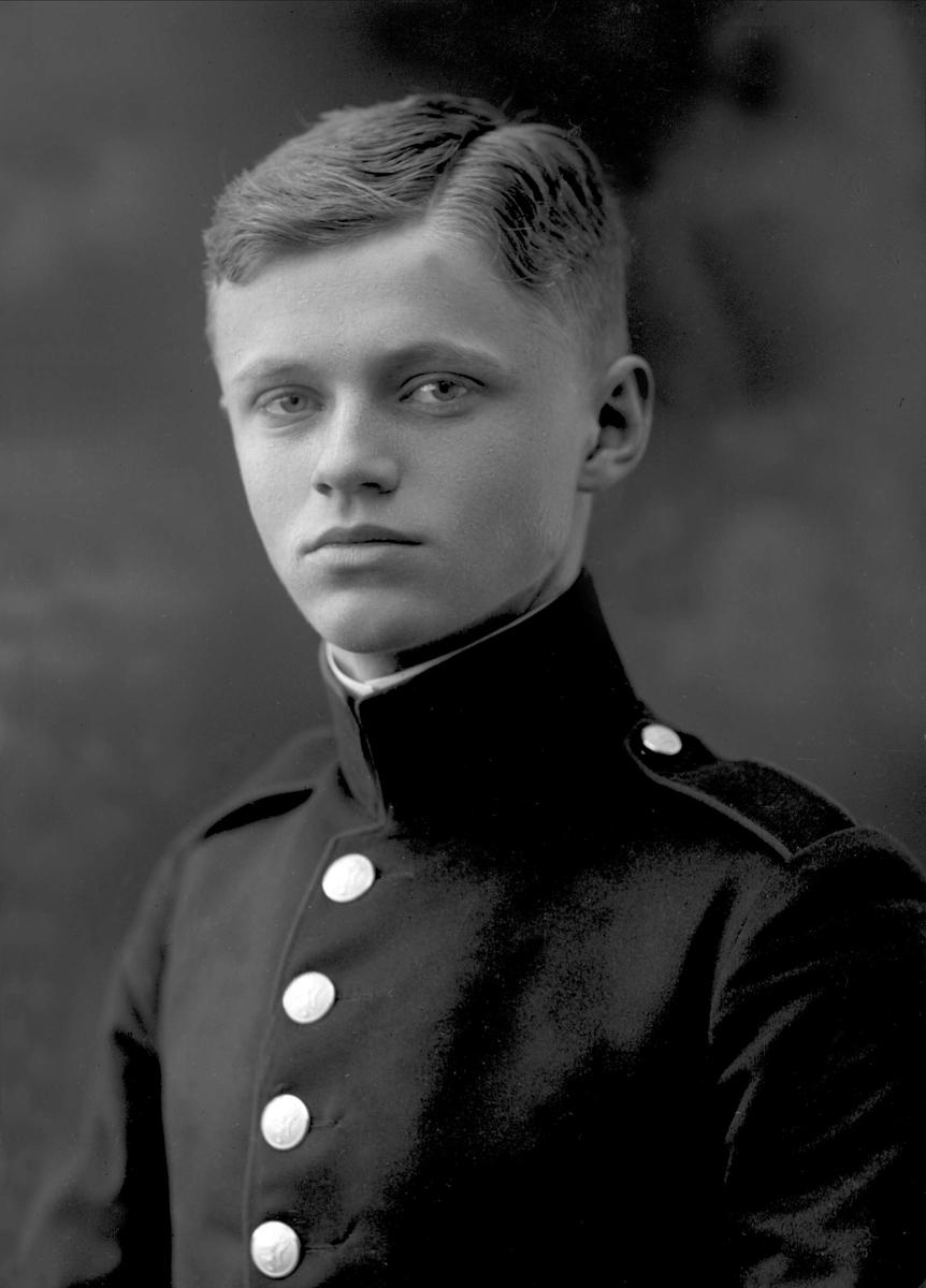 Portrett, mann i kadettuniform.