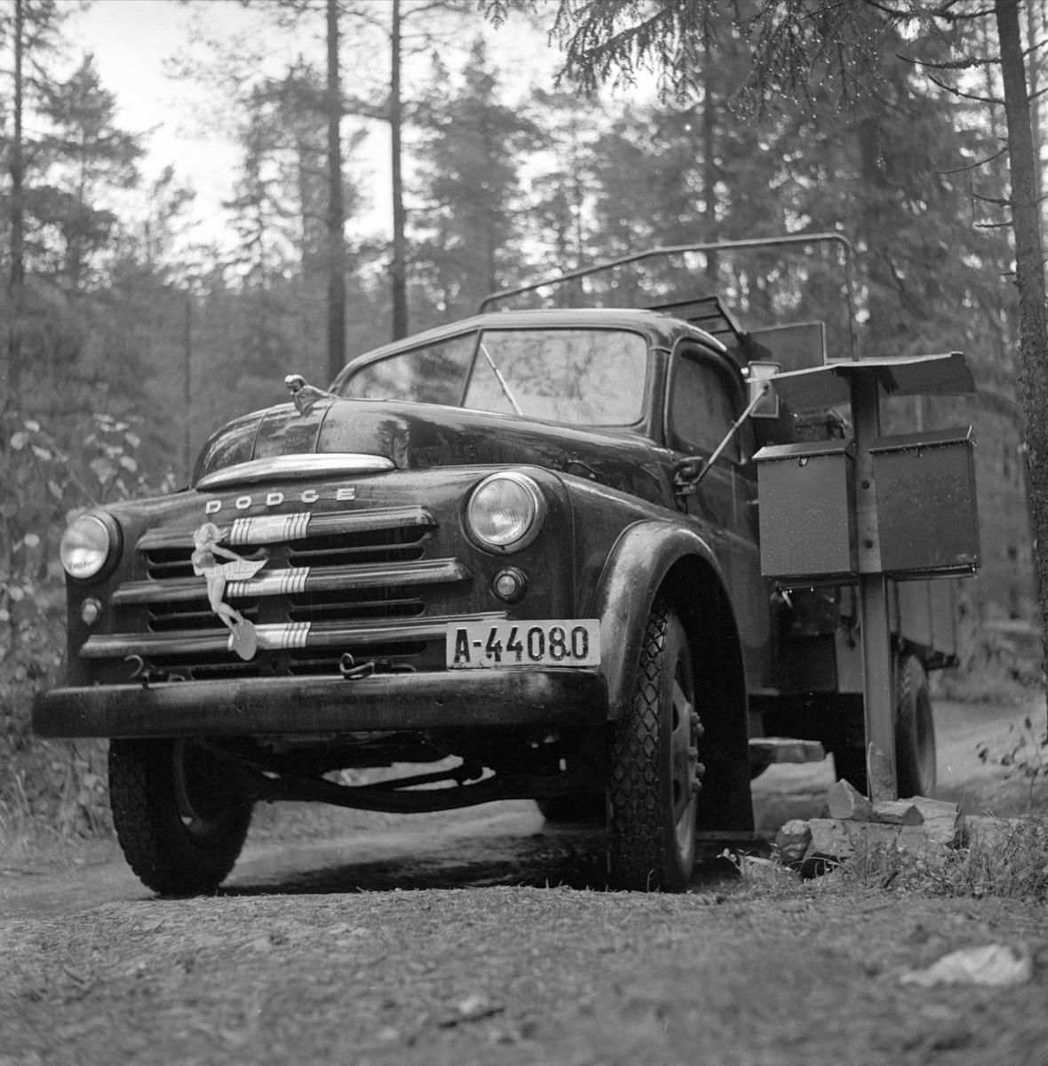 Hovin, Telemark, 1956. Den poststreikende Fossobygda. Lastebil og postkasser.