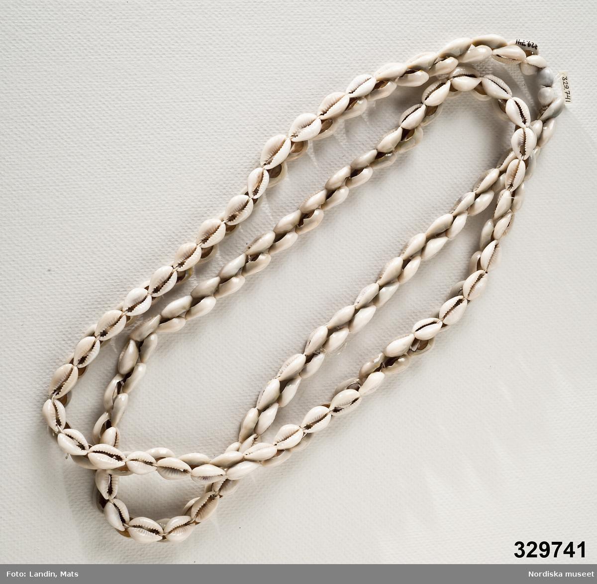 Halsband tillverkat av små vita snäckor. Afrikanska influenser. /Zingoalla Rosenqvist 2009-02-05