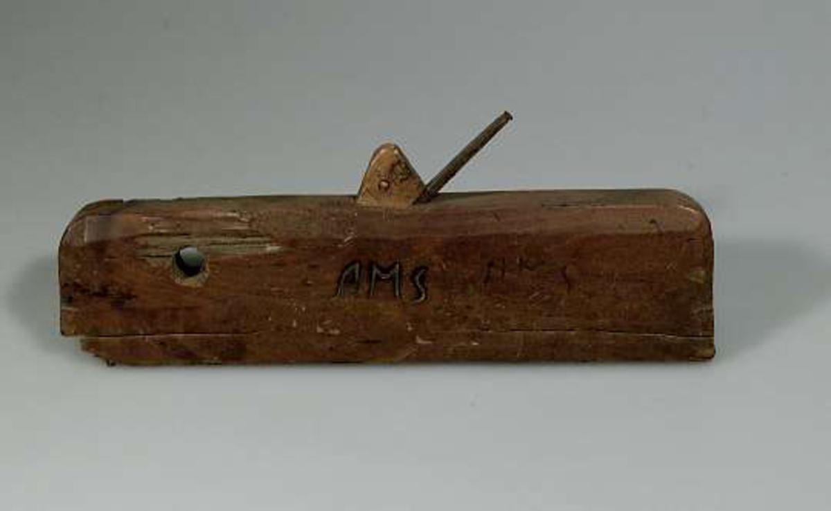 Profilhyvel av trä. Märkt AMS två gånger.