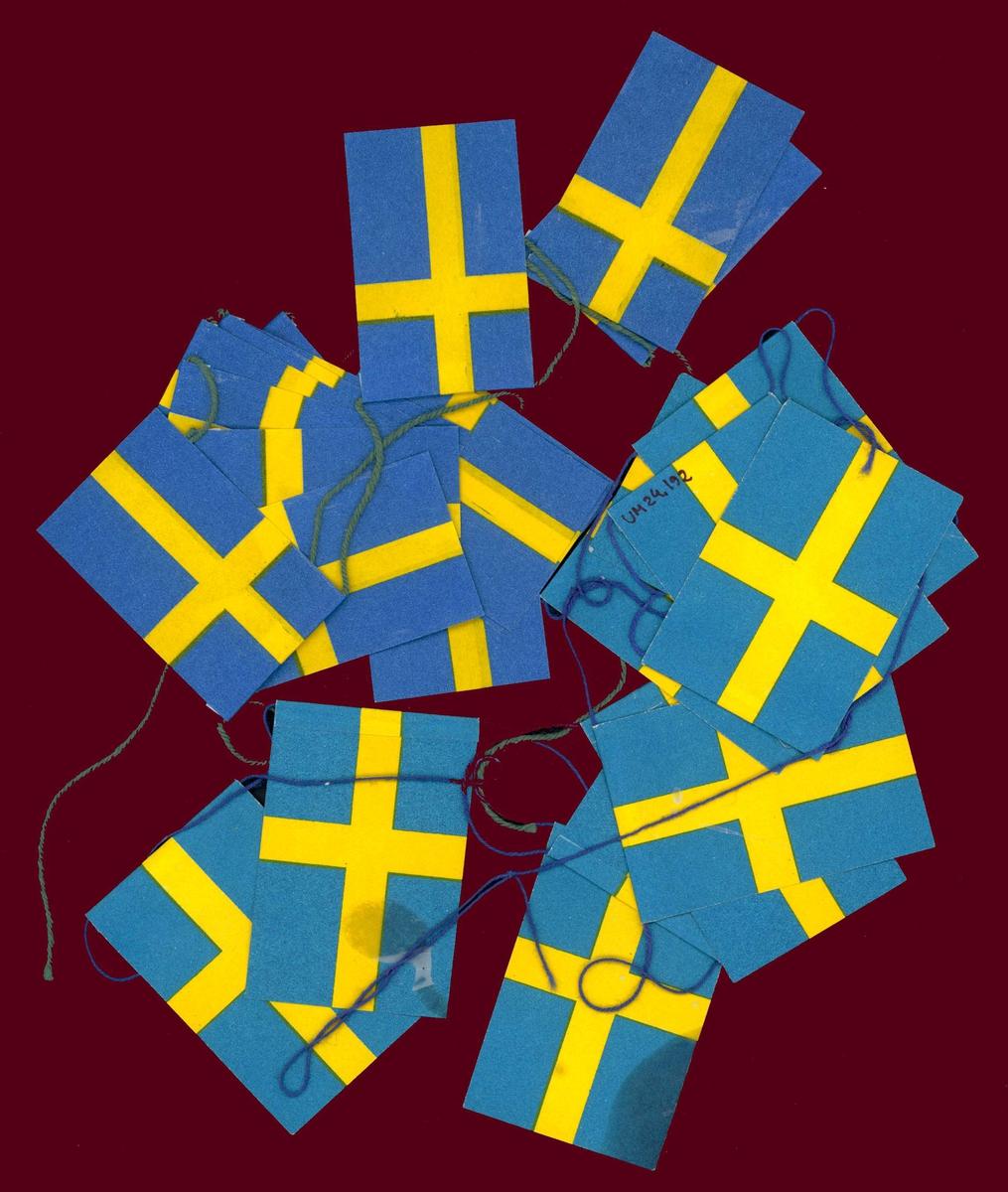 Julgransflaggor av papper, utforamde efter svenska flaggan.