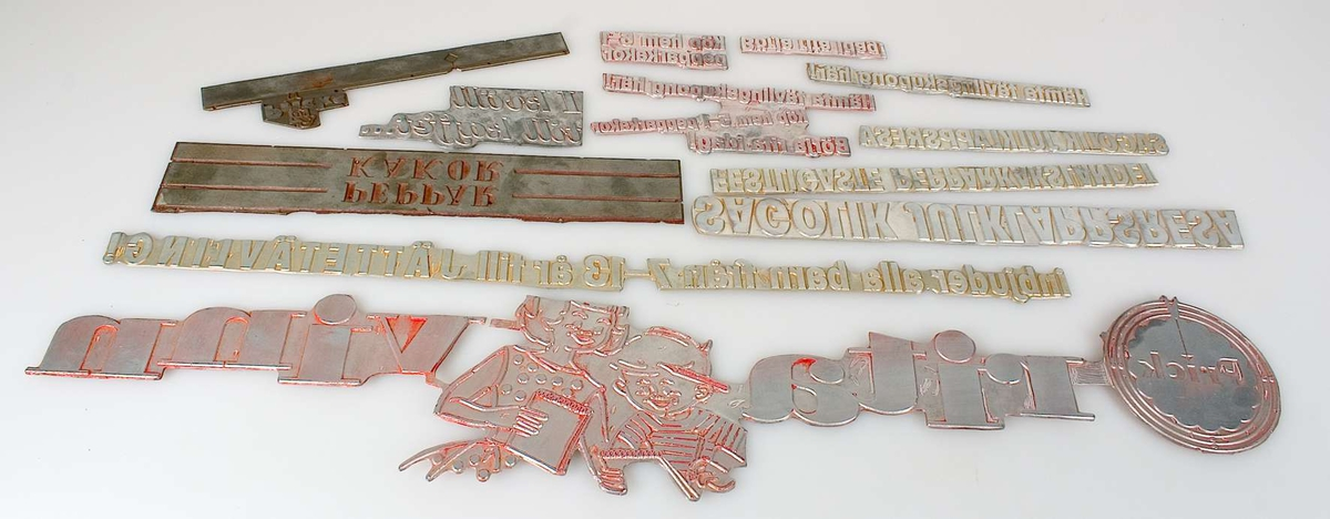 20 klichéer av metall, flera storlekar och former.