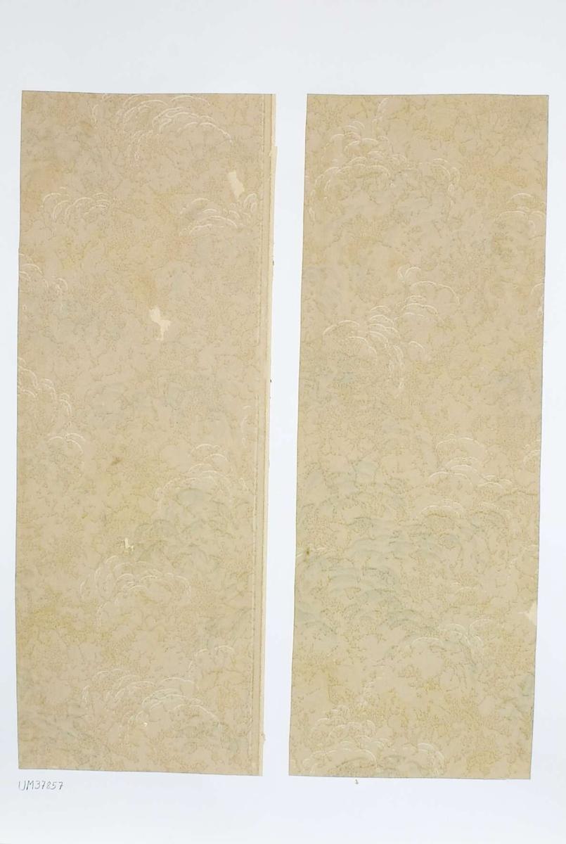 Två tapetprover med tryckt mönster i beigevitgrönt. Handskriven text på baksidan av kartongen: 205 Kv. Fågelsången nr. 2 b.v. Rum 4.
