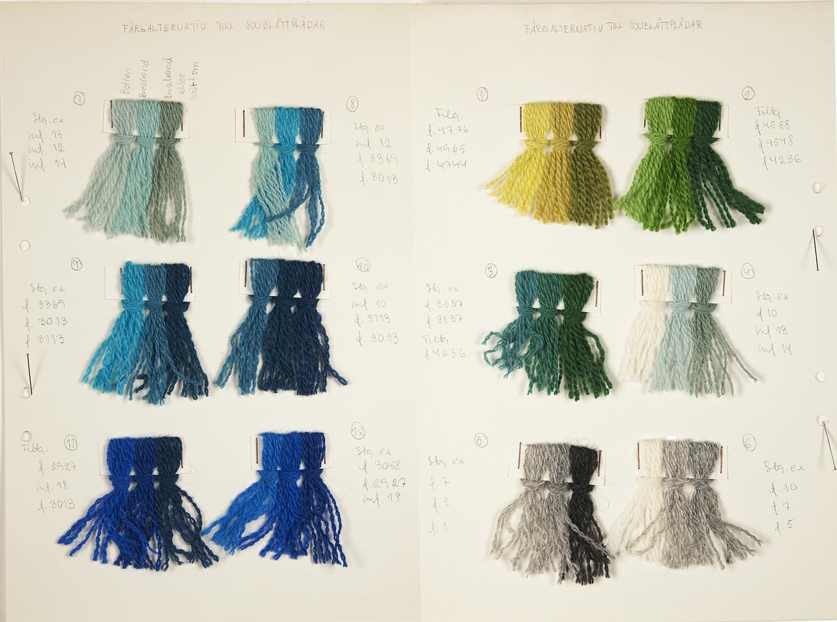 """Skiss till pläd i blå nyanser. Skissen är gjord med vattenfärg på ett papper som sedan klistrats på ett tjockt papper. På papperet finns även garnprover av ull samt texten """"'Sov blått' Brev 1369"""". Till skissen hör två papper med information om inslagsordning och varpordning samt fyra tjocka papper med garnprover som visar 24 färgalternativ till pläden."""