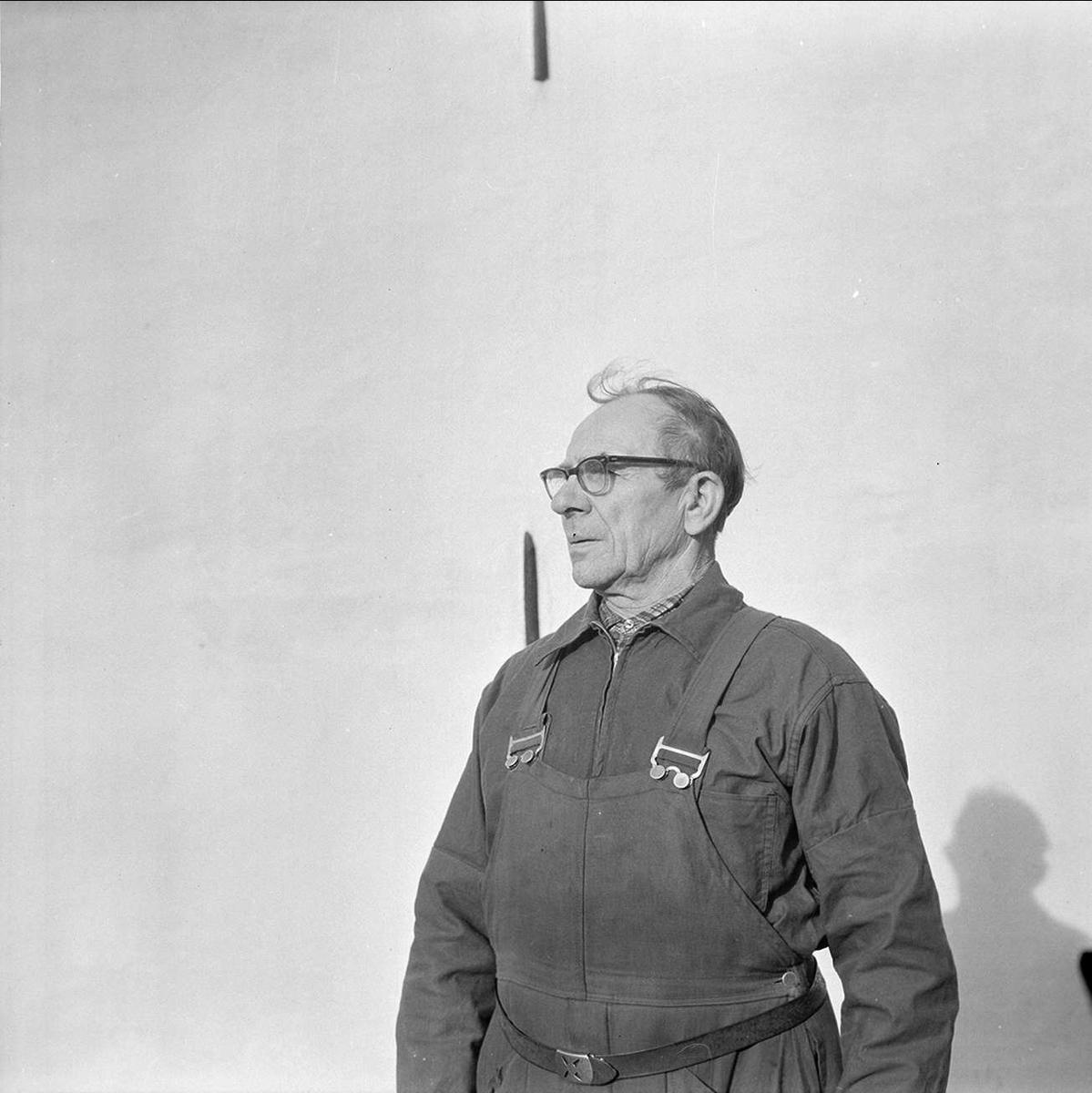 Einar Olsson, veteran vid Strömsbergs bruk, Tolfta socken, Uppland slutar, oktober 1972