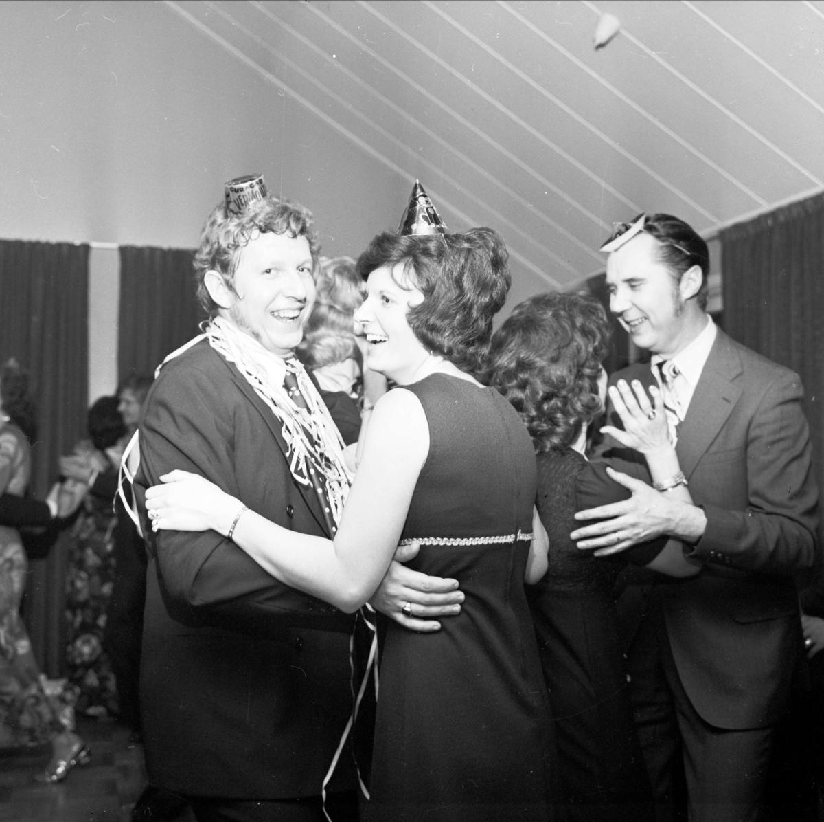Nyårsfirande i Parkhallen, Söderfors, Uppland december 1972