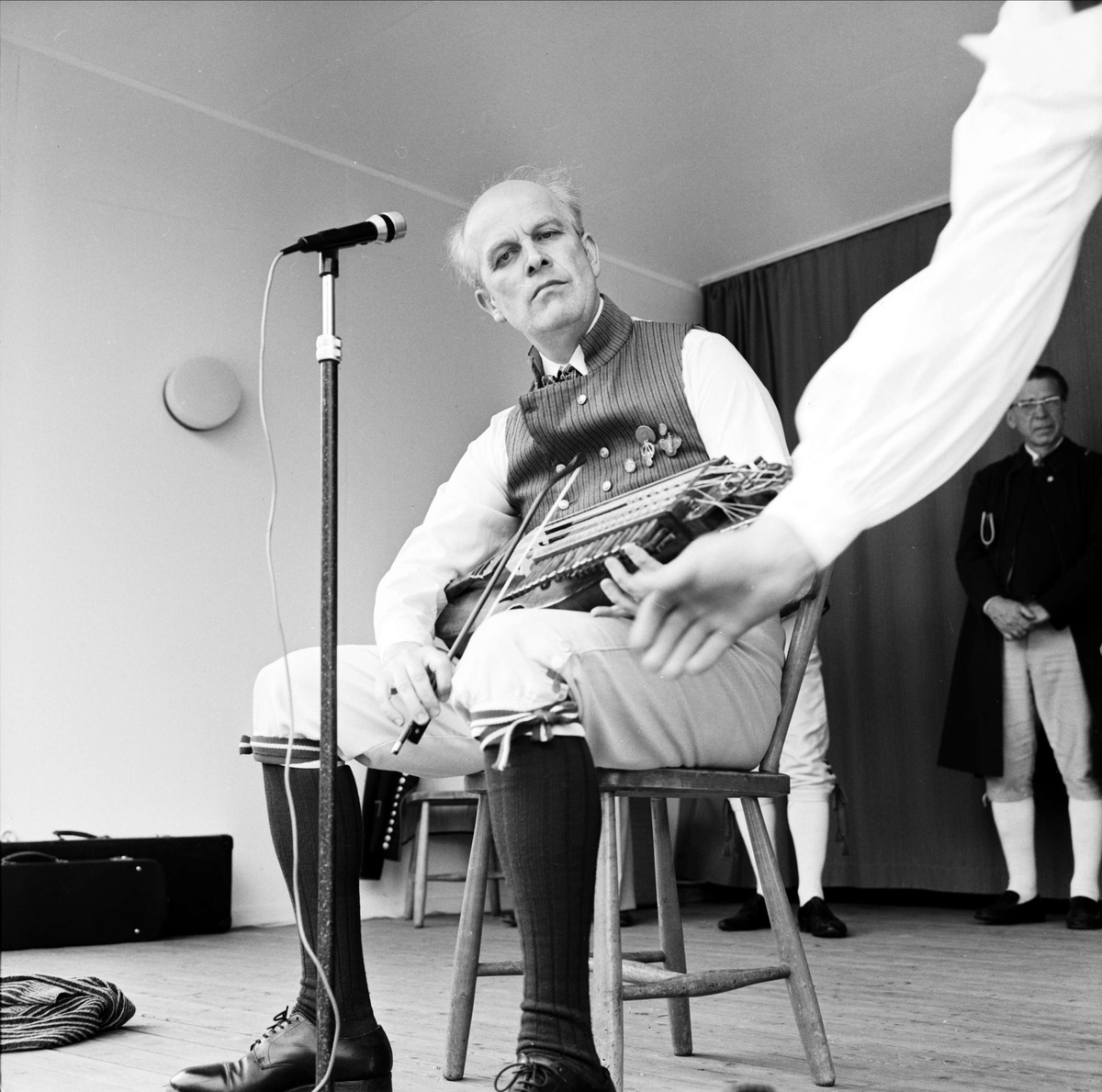 Nyckelharp- och fiolspelmannen Lars Erik Jansson på Upplandsschottisen, Tierpstrakten, Uppland juni 1973