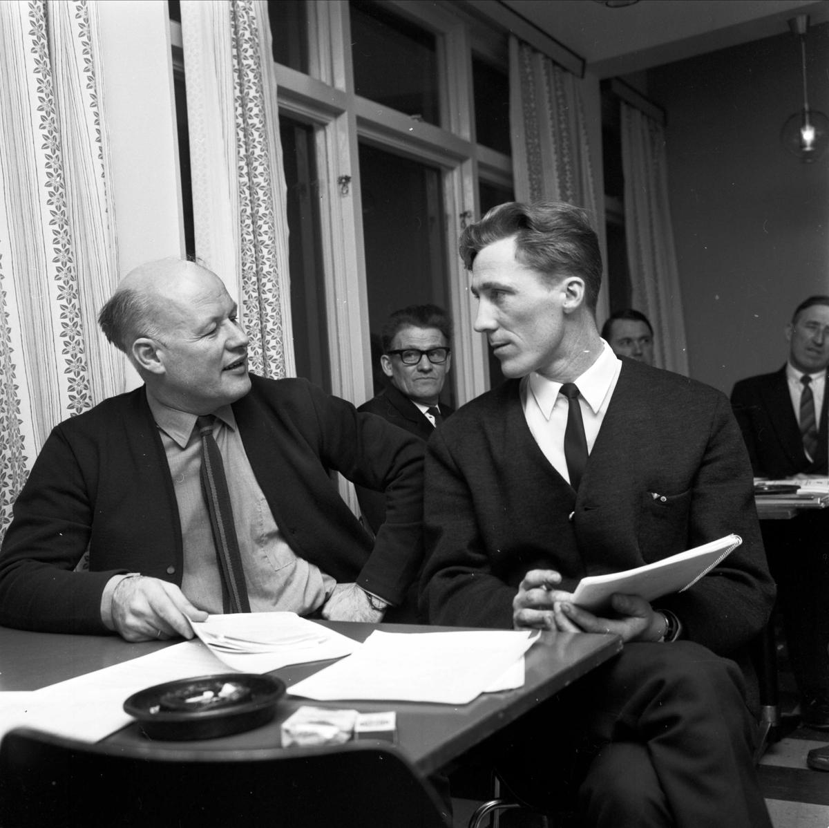 Ombudsman Aldes Andersson och ordförande Karl Erik Forslund på Söderfors Socialdemokratiska Arbetarkommuns årsmöte