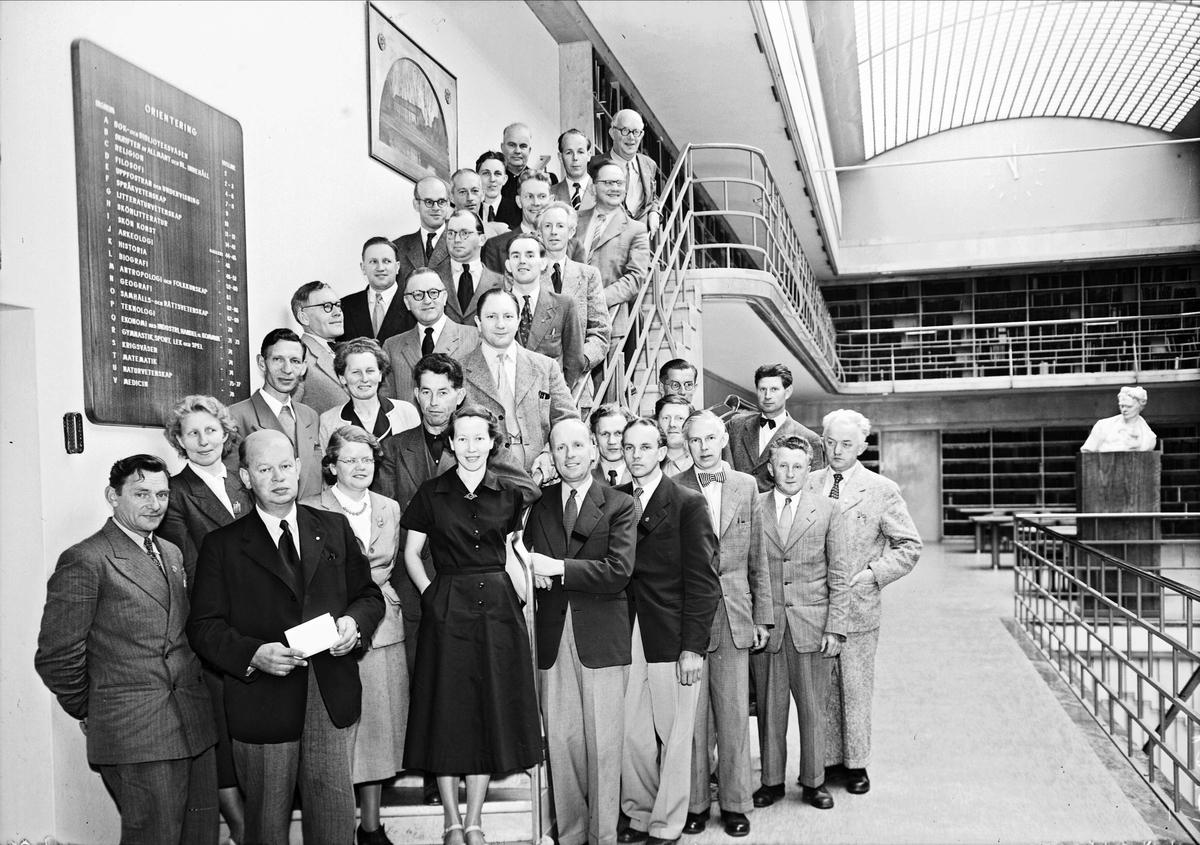 Personalen på Uppsala stadsbibliotek, kvarteret Torget, Östra Ågatan, Uppsala augusti 1952