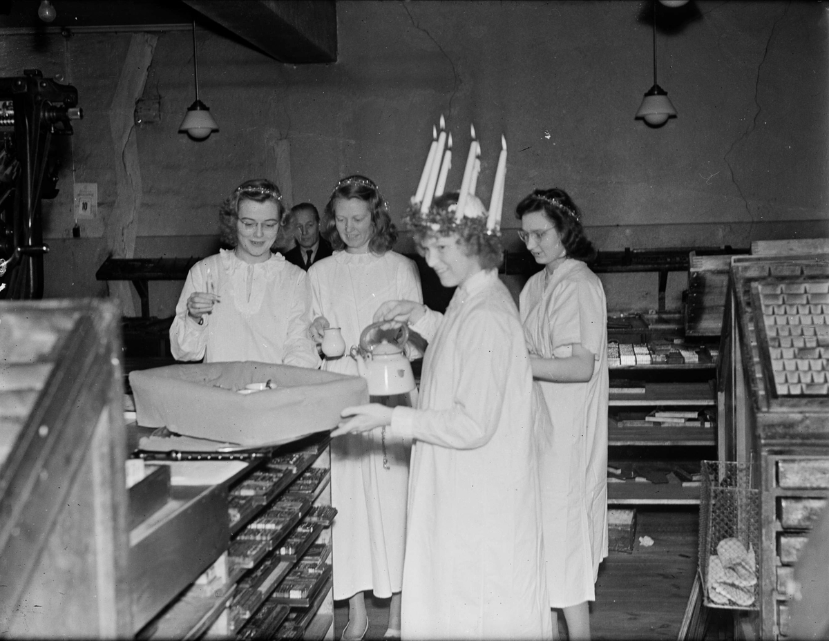 Lucia bjuder på kaffe i affärslokal, sannolikt i Uppsala 1946