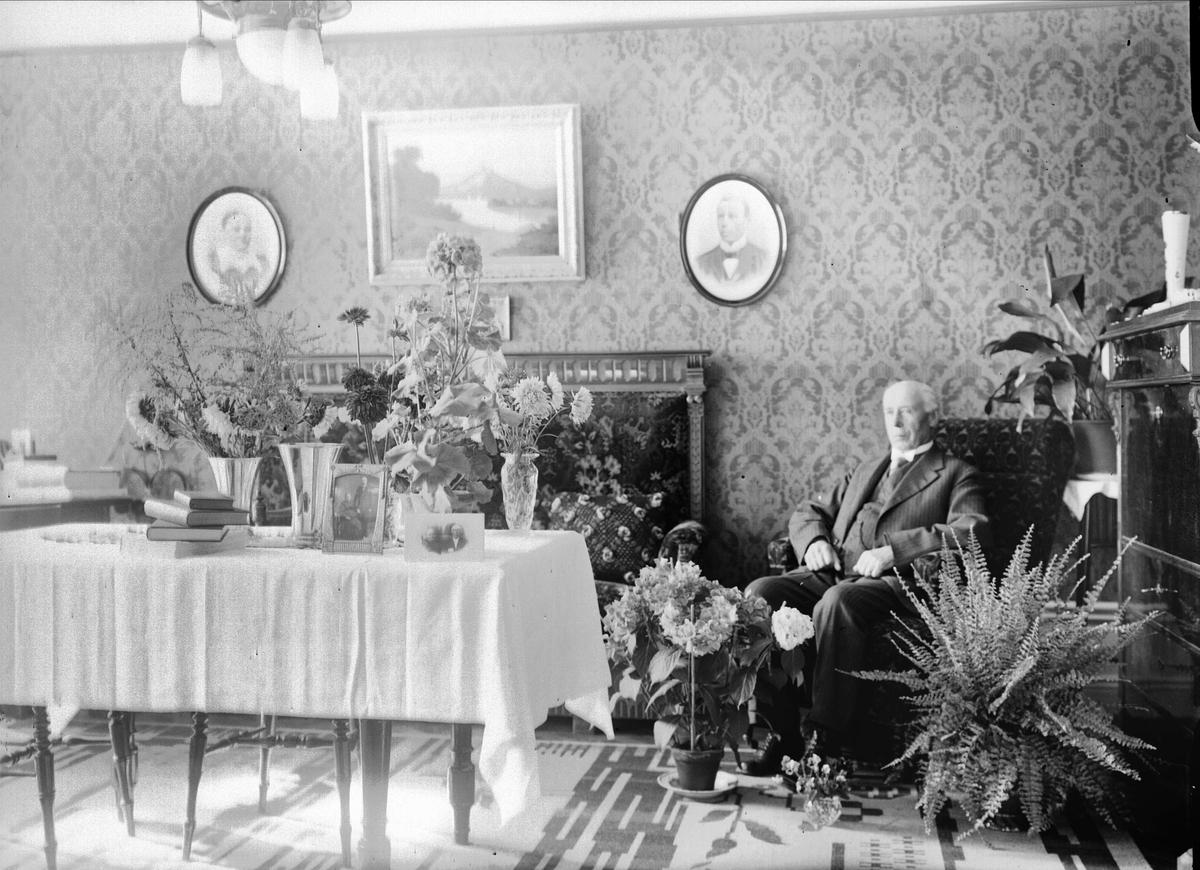 Födelsedagsporträtt - man i hemmiljö, sannolikt Uppsala 1934