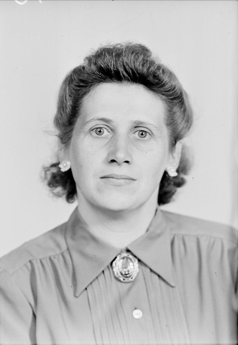 Ateljéporträtt - Ingrid Göransson, Vildrosgatan 11, Uppsala, sannolikt 1952