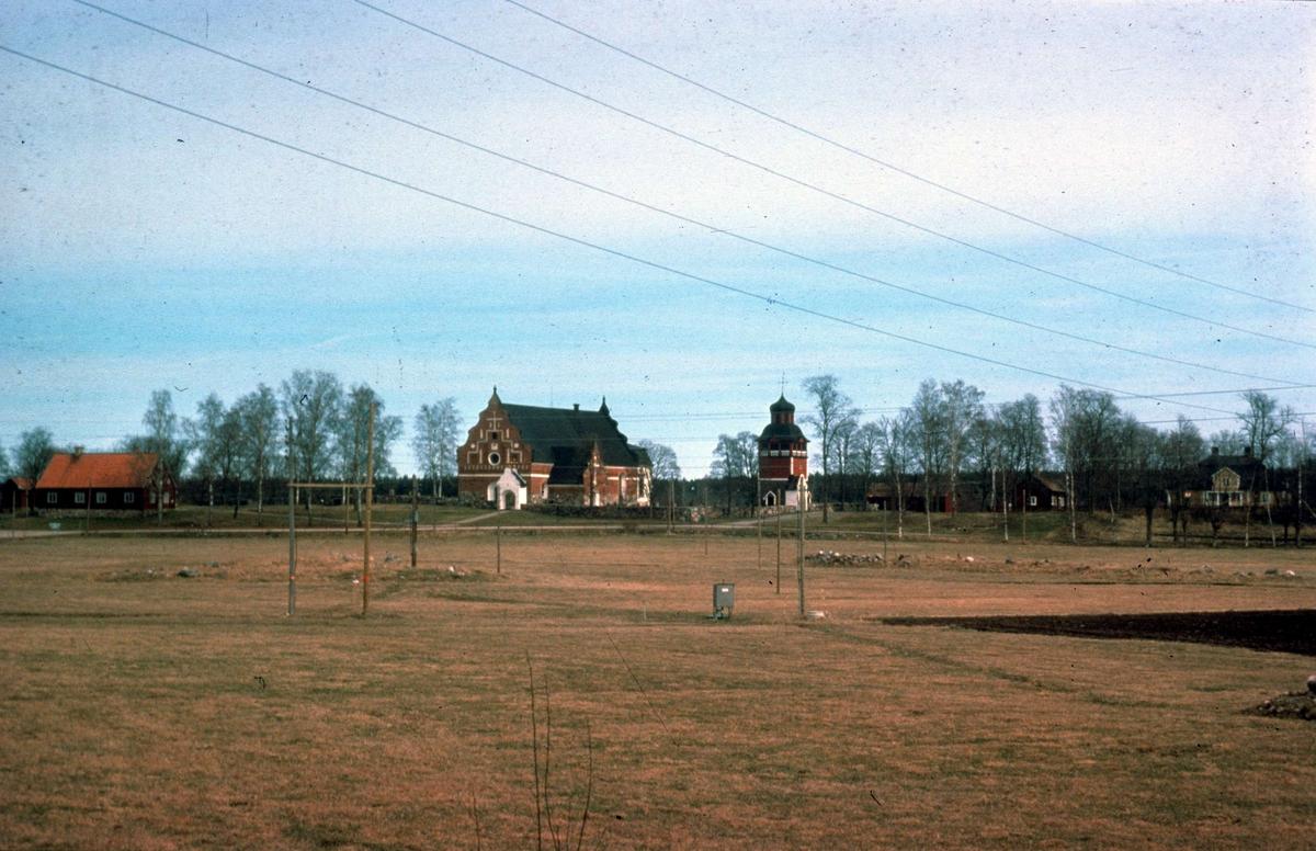 Landskapsvy med Österlövsta kyrka och prästgård, Österlövsta socken, Uppland 1976