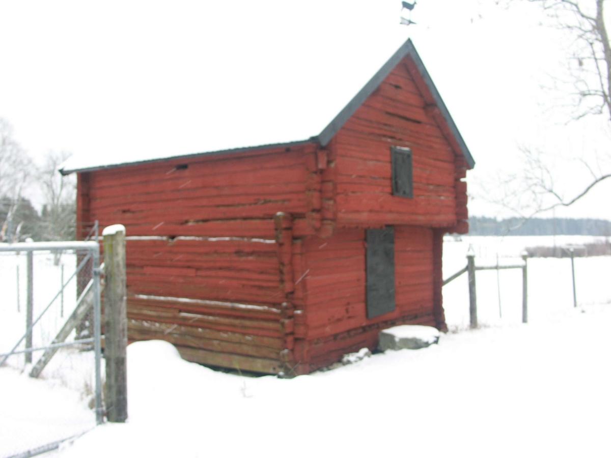 Överkragande enkelbod, Kullbol, Dannemora socken, Uppland januari 2005