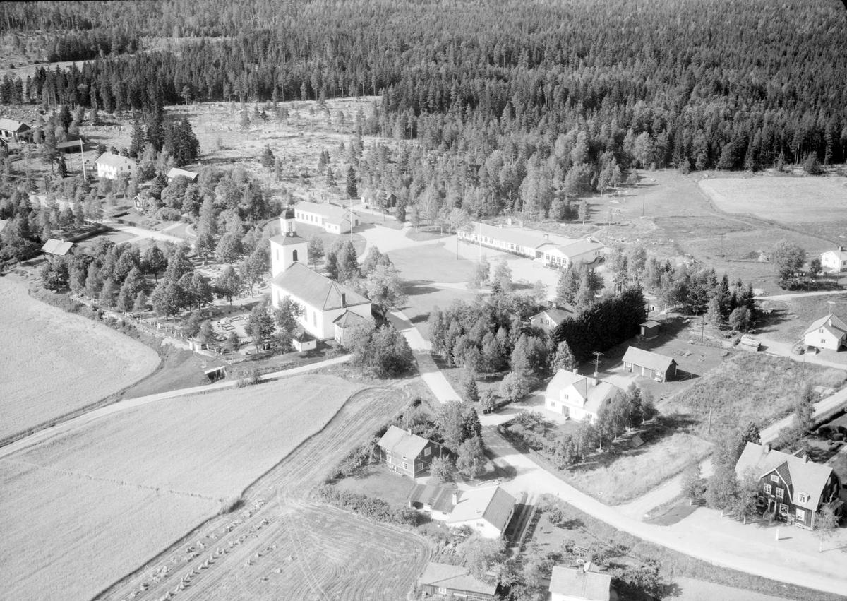 Fllygfoto över Huddunge med Huddunge kyrka, Uppland 1963
