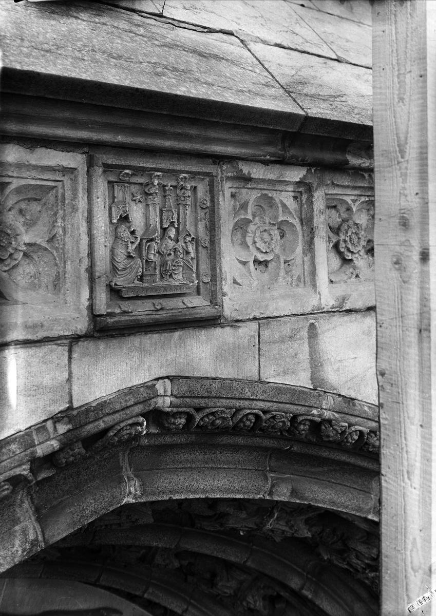 Detalj av utsmyckningen ovanför Uppsala domkyrkas södra portal, Uppsala