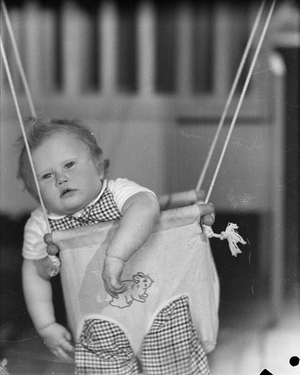 """Barn i gunga """"hos fru Thorell"""", sannolikt Uppsala 1943"""