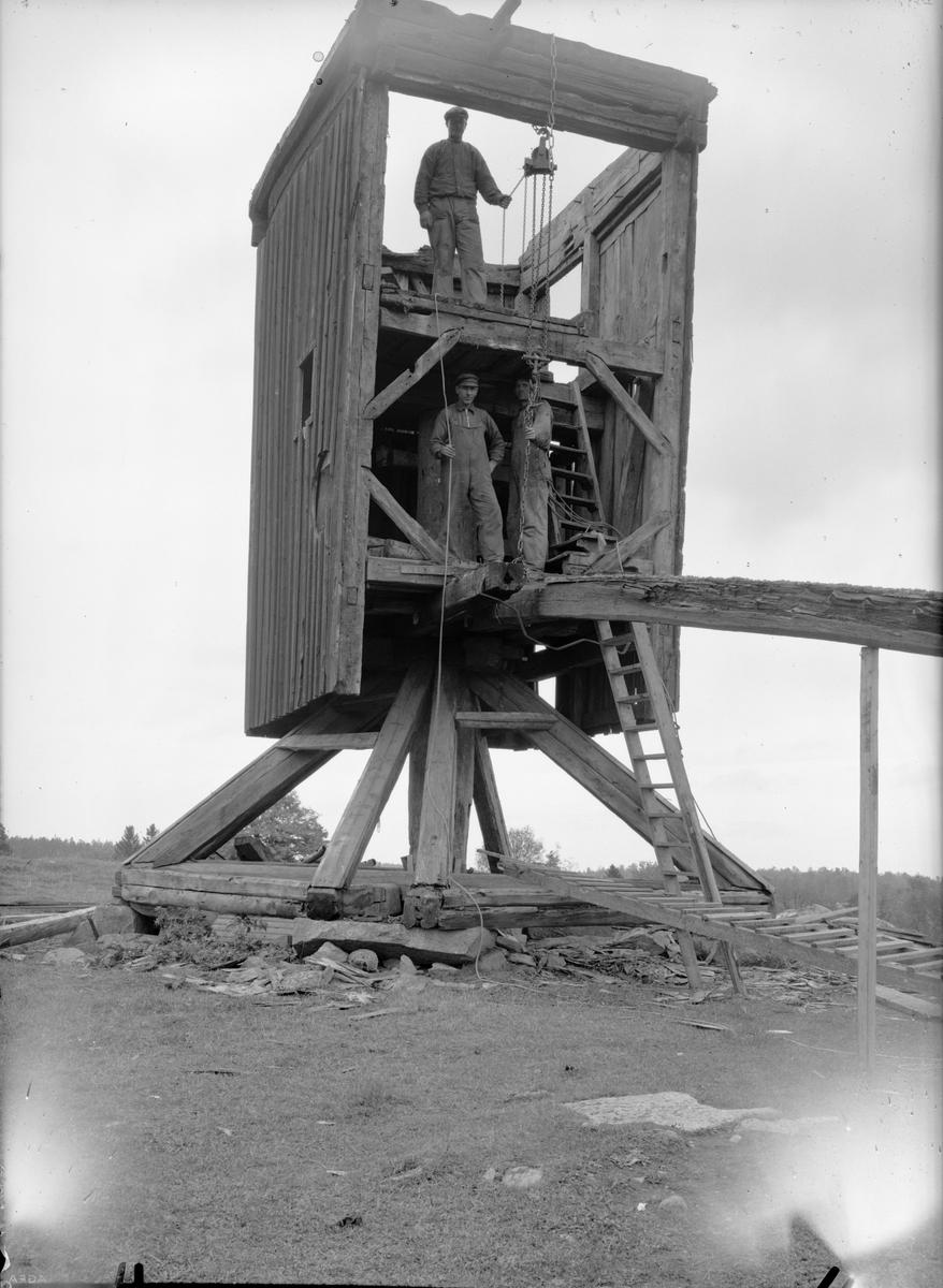 Väderkvarn under nedmontering, Uppland 1935