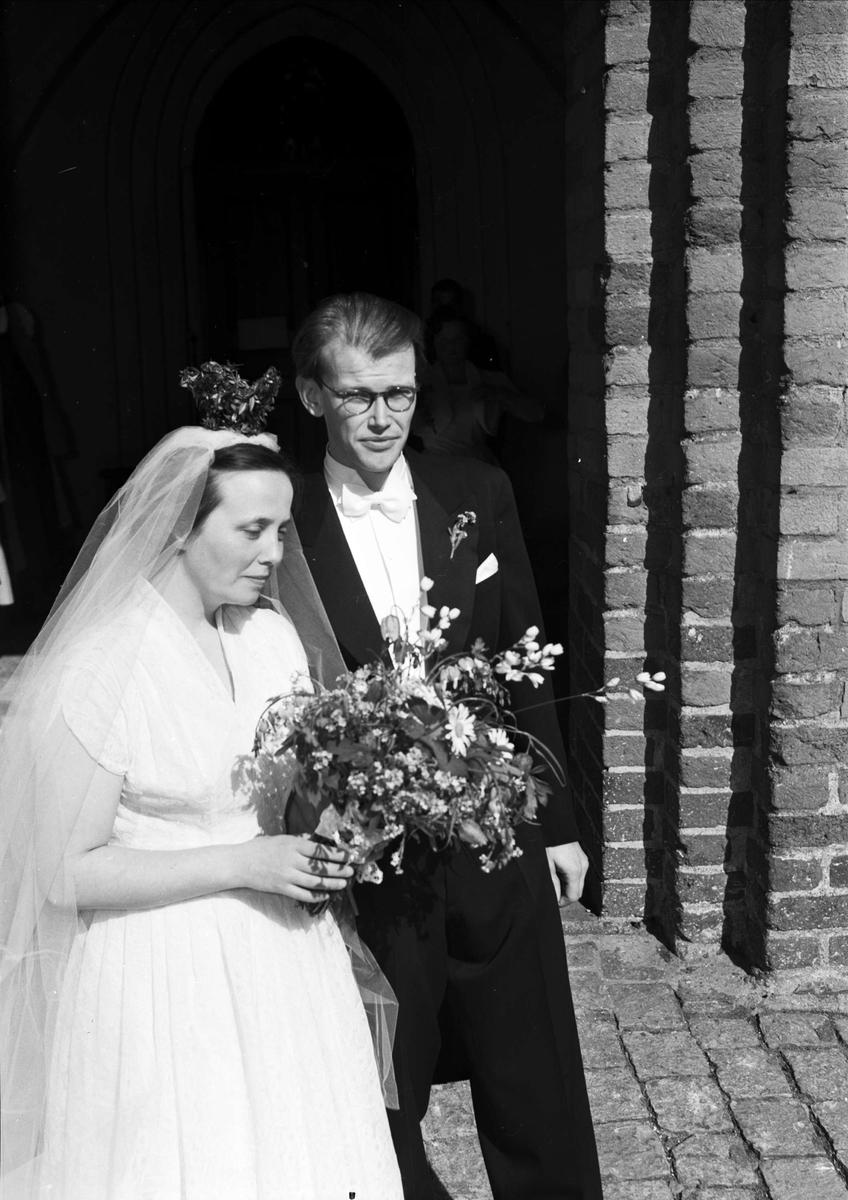 e4814d2bed88 Bröllop - brudparet Esmar - Ågren utanför Helga Trefaldighets kyrka,  Uppsala 1952