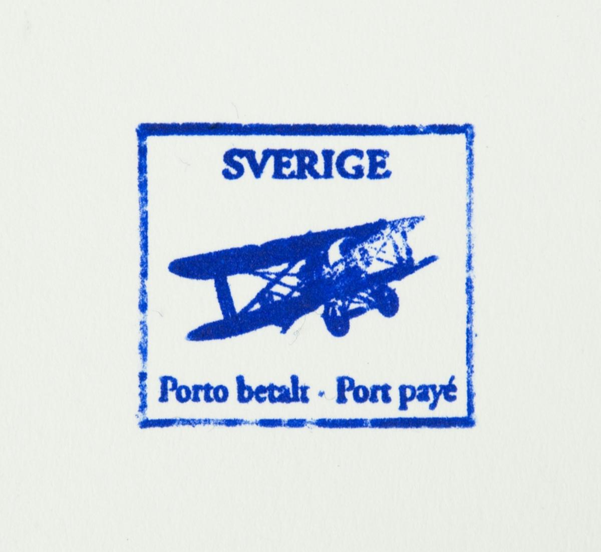 Stämpel med ett skyddslock. Stämpeltext: SVERIGE (ett flygplan) Porto betalt Port payé