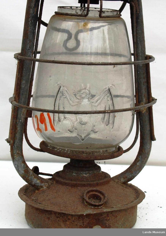 Lykt. På glasset er det avbildet en flaggermus. Loddet i bunnen.
