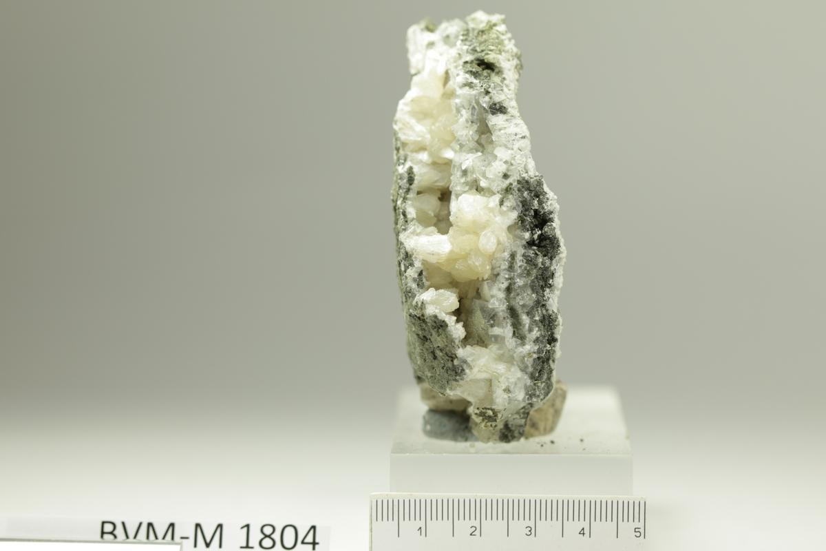 Blekgule stilbittkrystaller, 0,8 cm. Ravneberget.