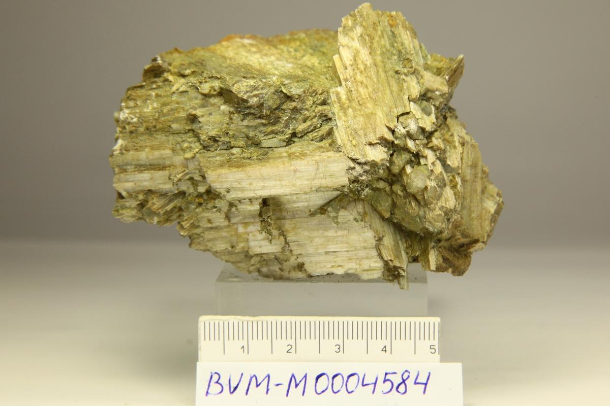 """Store elongerte krystaller uten terminering, """"månesteins""""-skinn."""