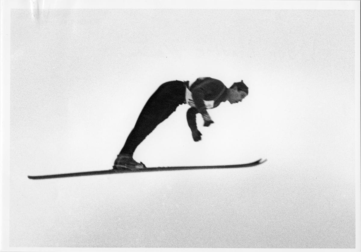 KIF-hopper Vidar Lindbo Hansen i svevet. Ski jumper from KIF, Vidar Lindbo Hansen in action.