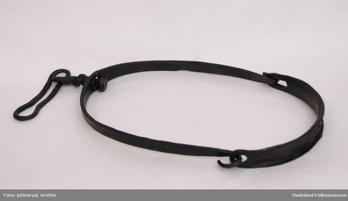 Oval ring, satt sammen av to krumme avtagbare bøyler.Dreibar bolt med festering for kjetting/tau.