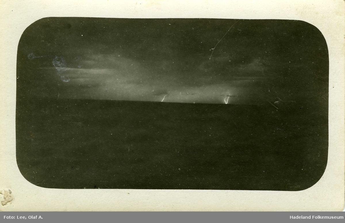 Åpent landskap, tordenvær og en ser lyn i horisonten.
