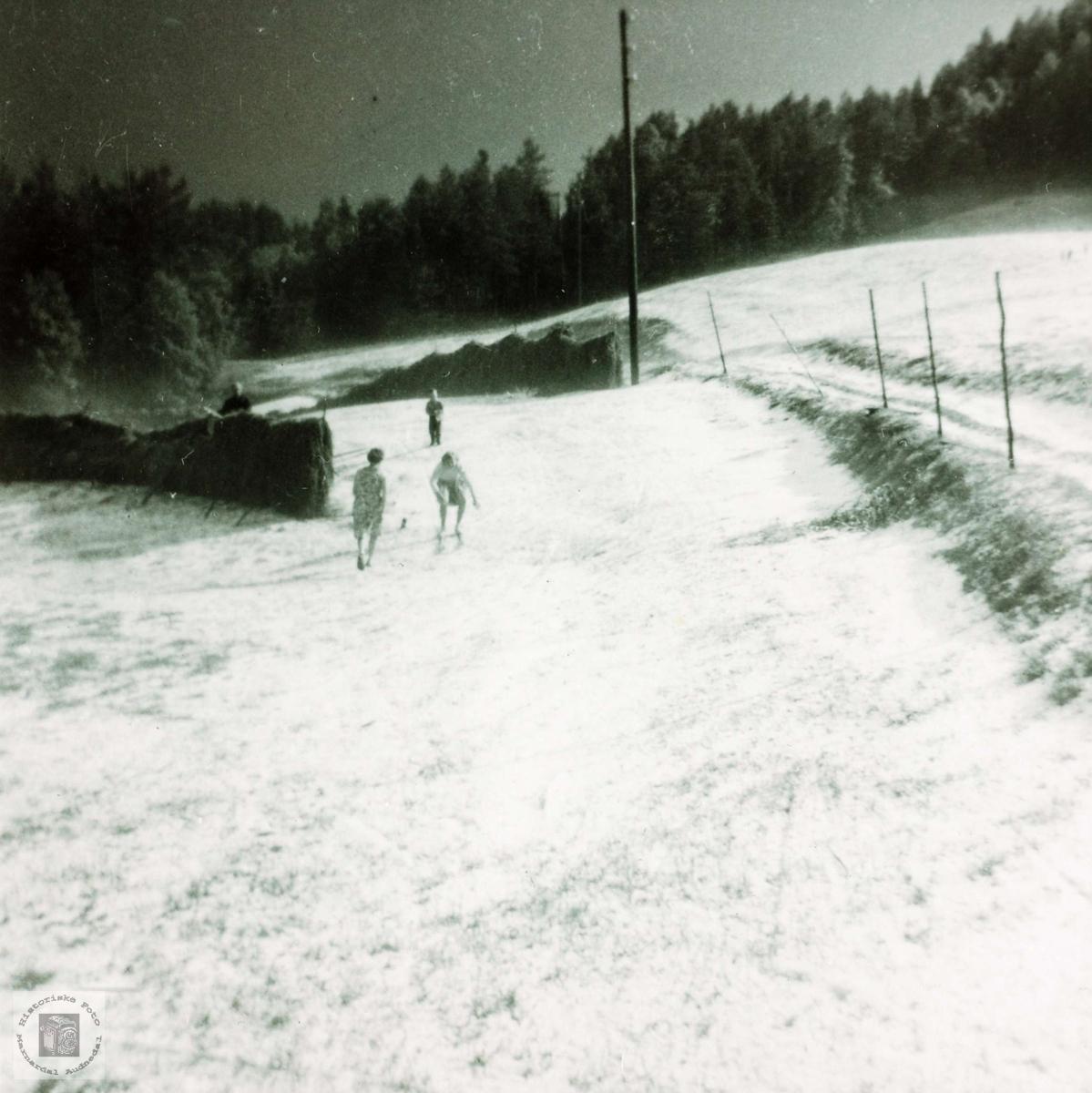 Hagl og snø midt på sommeren på Ytre Øydna i Grindheim.