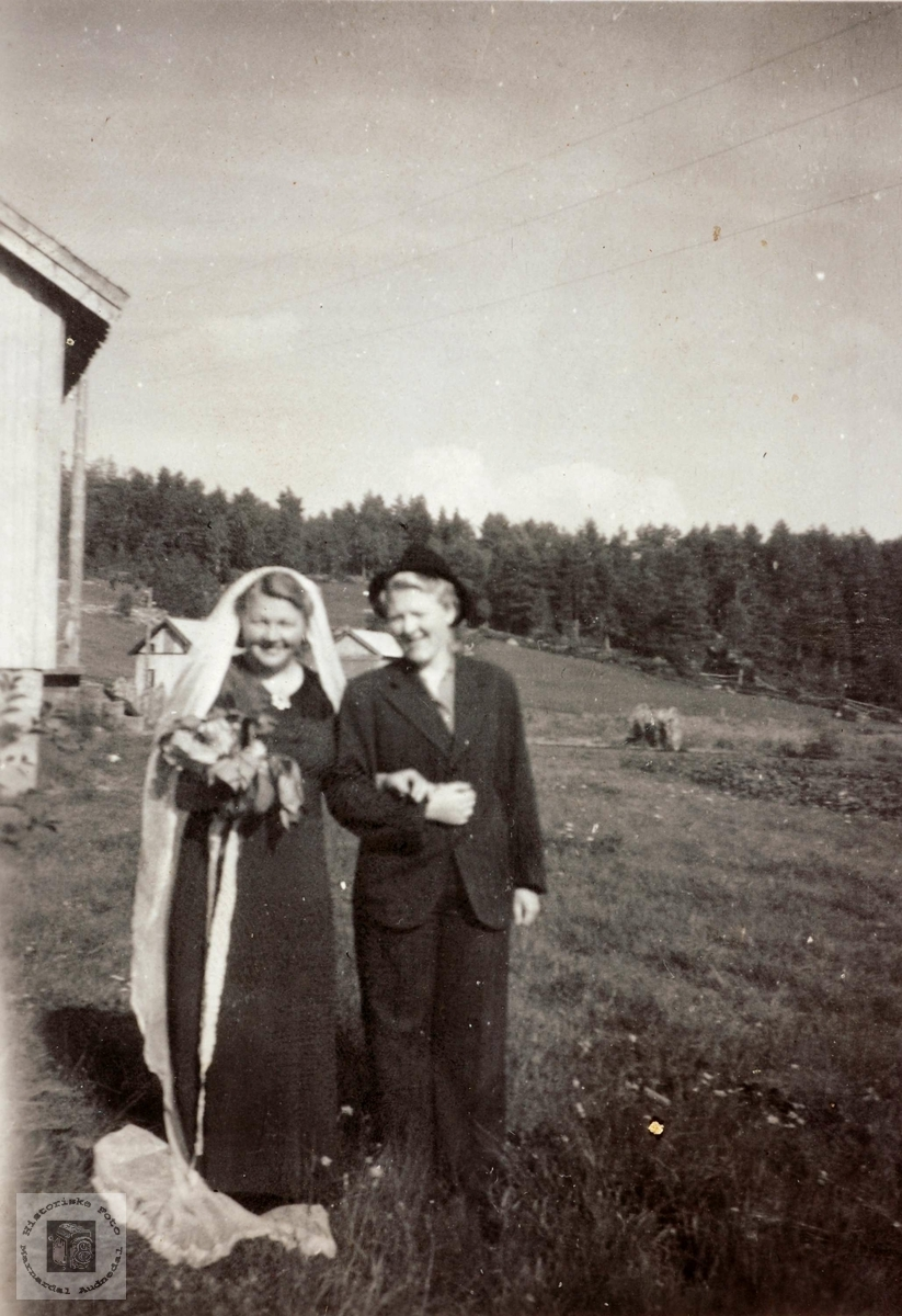 """Et """"utkledd"""" brudepar fra Hægebostad og Grindheim."""