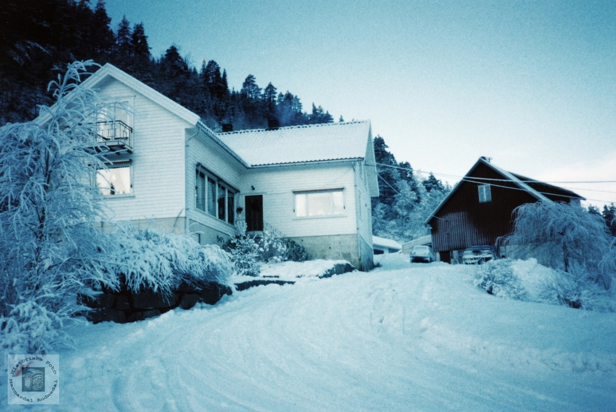 Heimen på Smedsland i vinterdrakt. Audnedal.