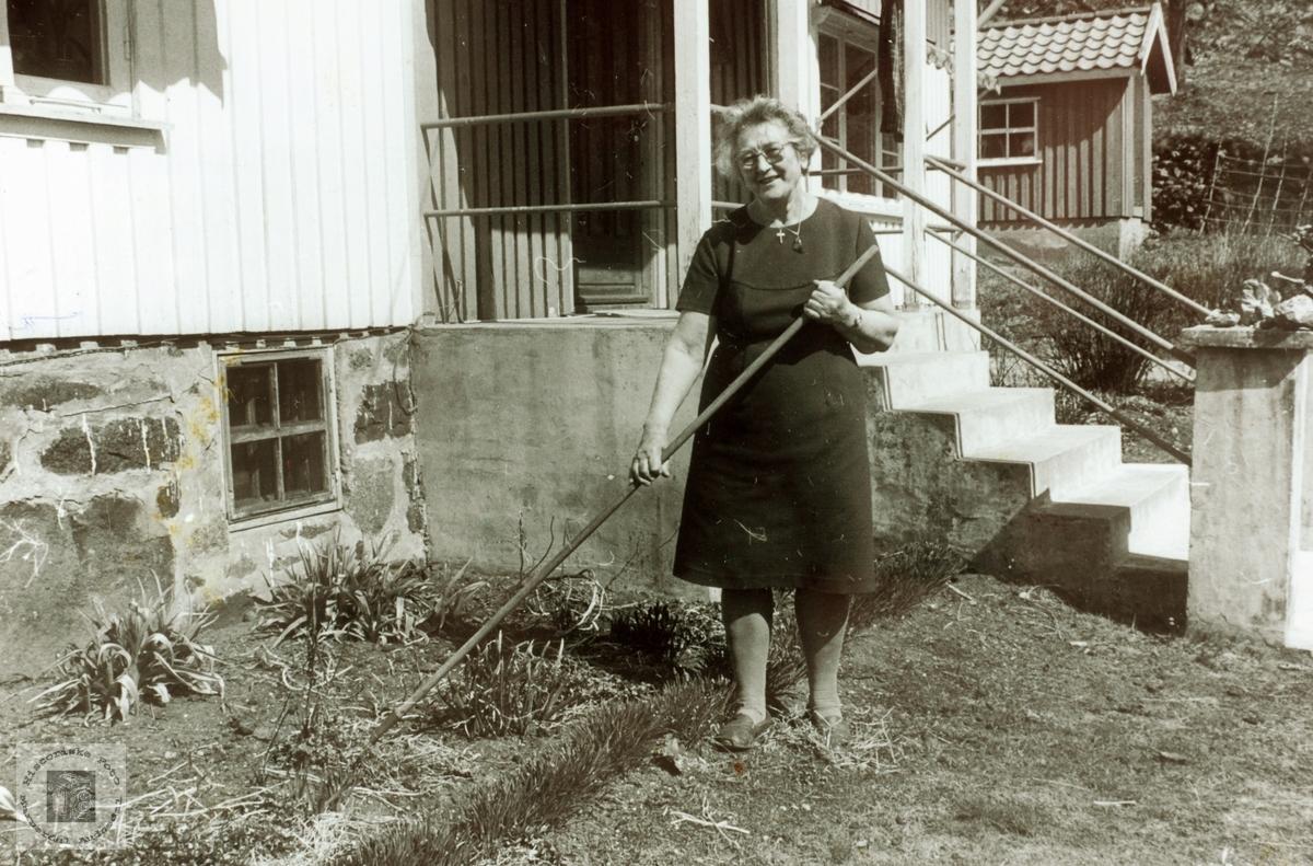 Marie Ubostad gjør vårarbeid i Hagen på Ubostad. Audnedal.