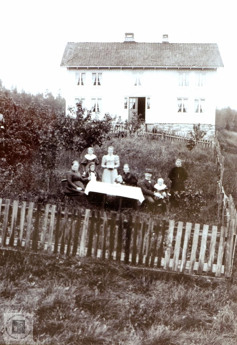 Familien Seland samla utanfor huset Der heima, Seland, Grindheim Audnedal.
