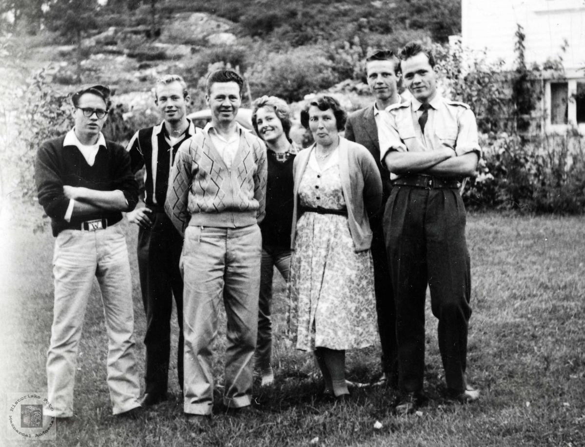 "Familien Tønnesen framfor hjemmet ""Sollid"" på Sveindal. Grindheim Audnedal."