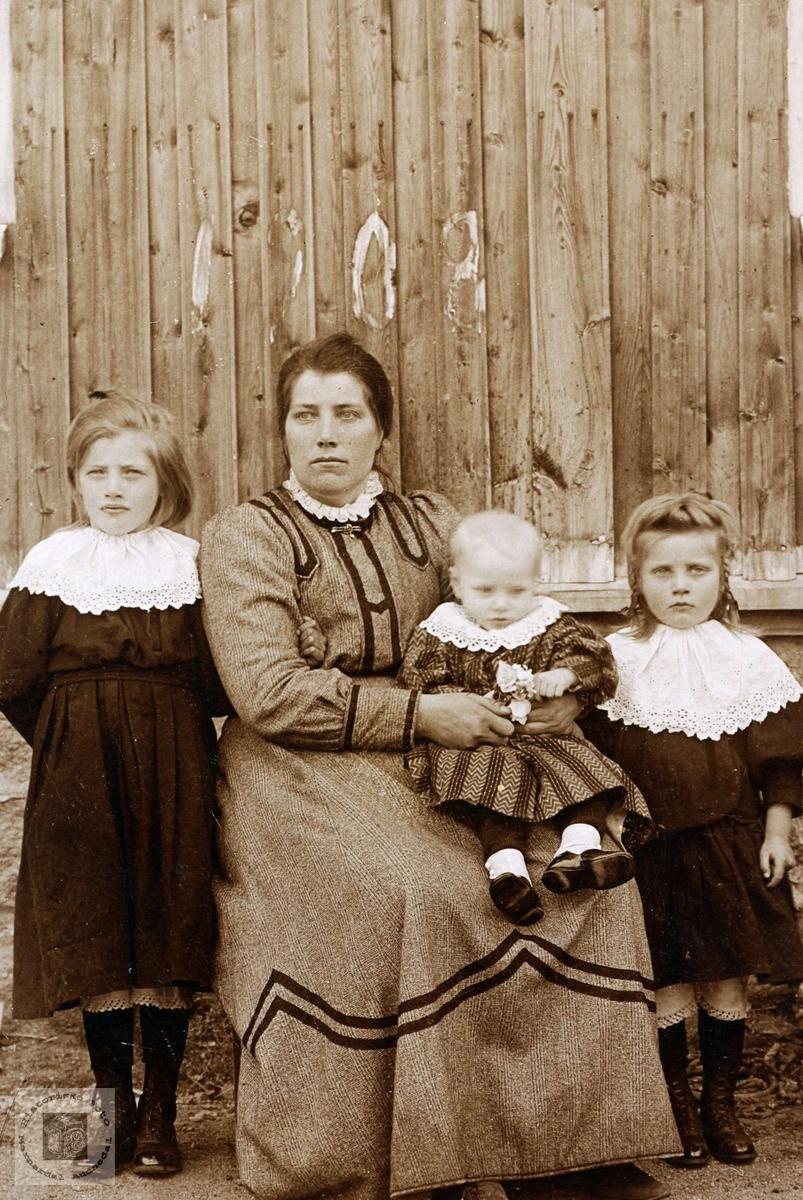 Portrett av mor med sine barn fra Rydlende i Grindheim Audnedal.