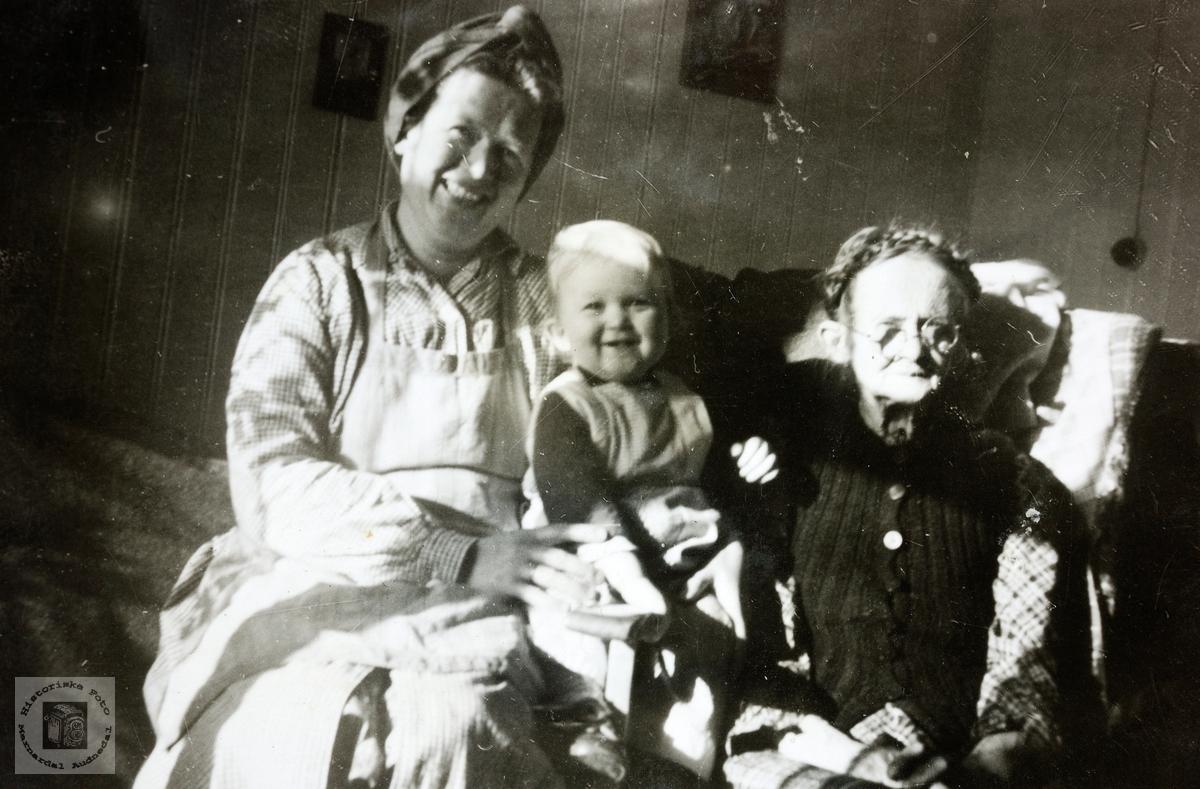 Mor, barn og farmor Butveit. Grindheim.