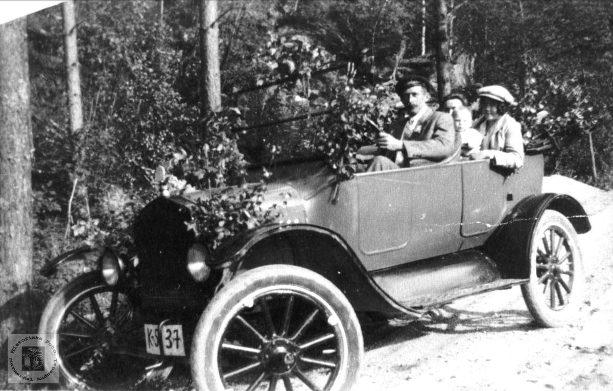 Søren B. Homme med automobilen. Bjelland.