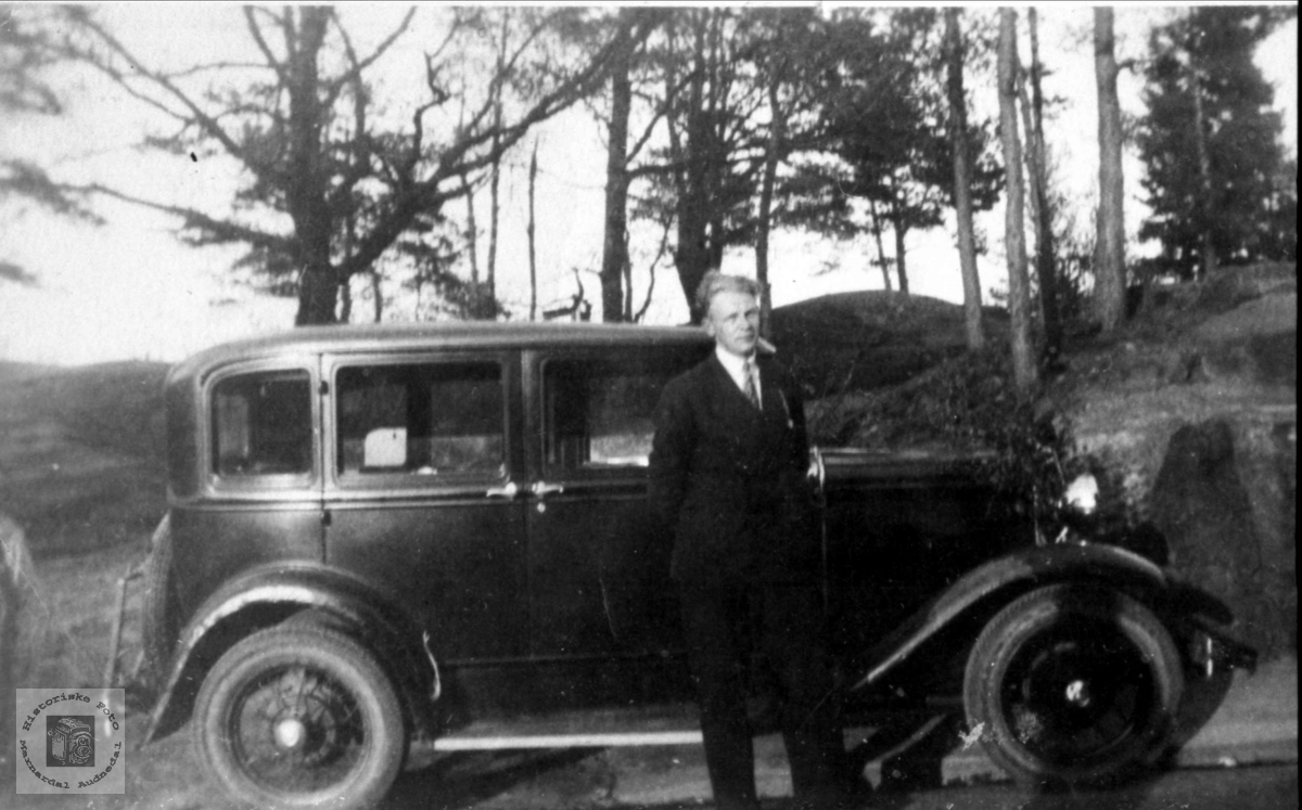 Portrett av Olav Tjomsland med bilen, Laudal.