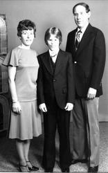 Portrett av familiegruppe i USA: Aslaug, Jan Erik og Per Tor