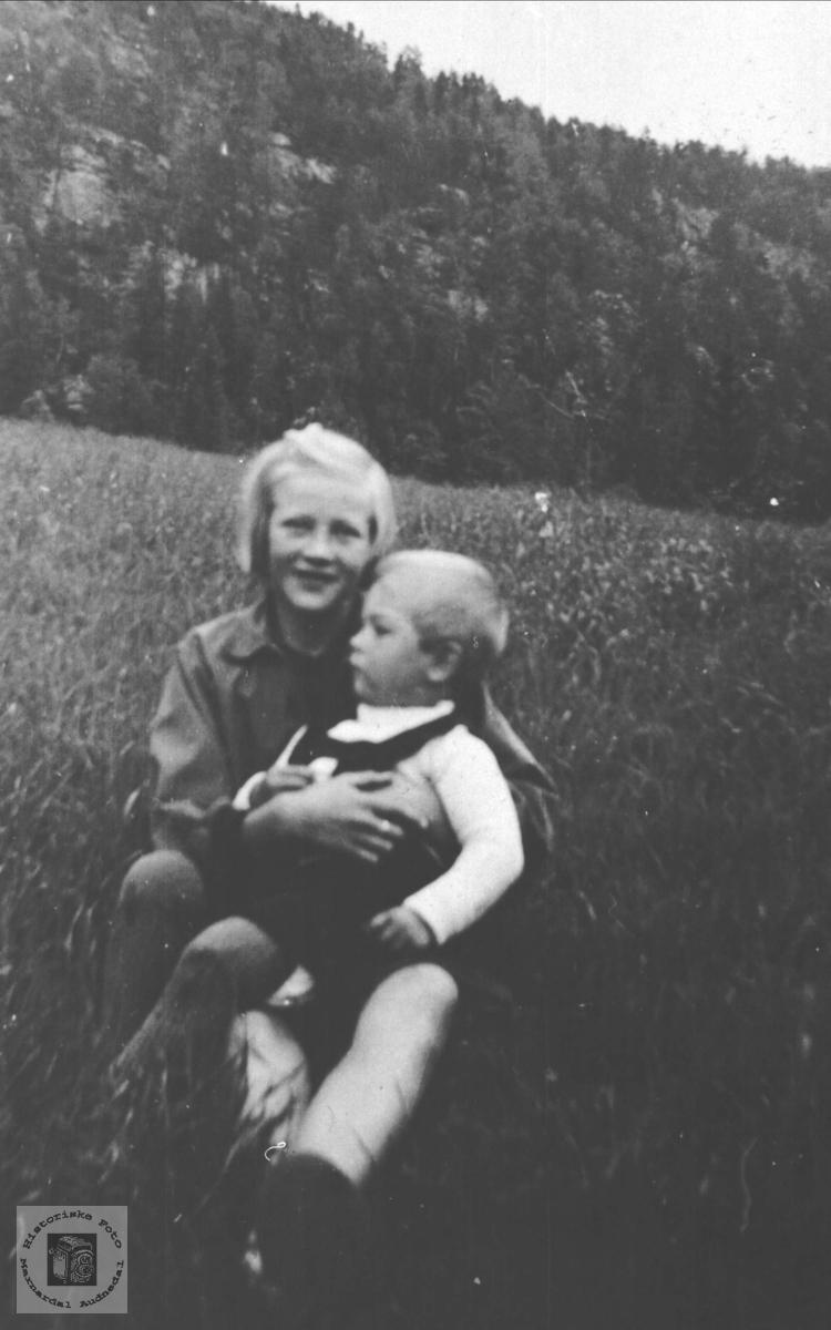 Gruppeportrett av Kari Koland og Gunnuf Manflå, Bjelland.